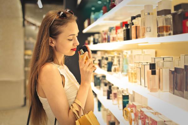 devushk-v-butike-nuihet-parfyum
