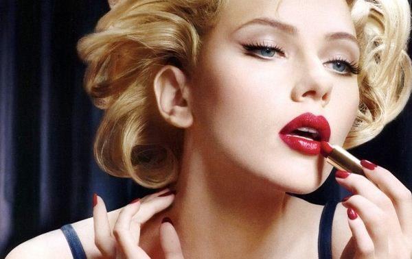 красит губы