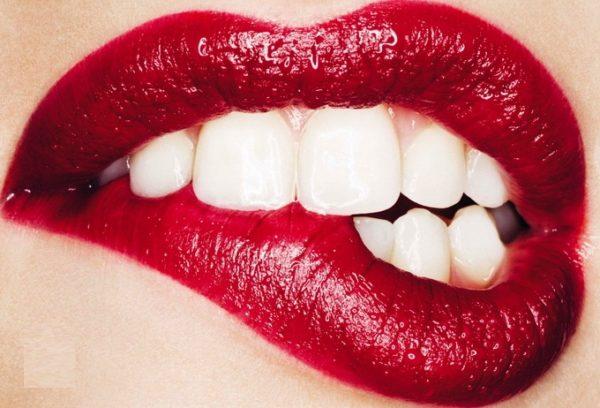 как скрыть недостатки губ и зубов