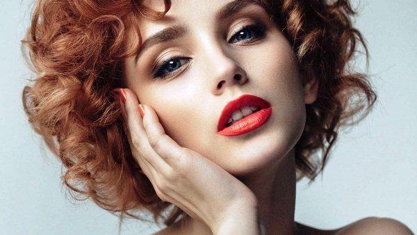 Для выбора помады нужно ориентироваться на цвет глаз, кожи и волос