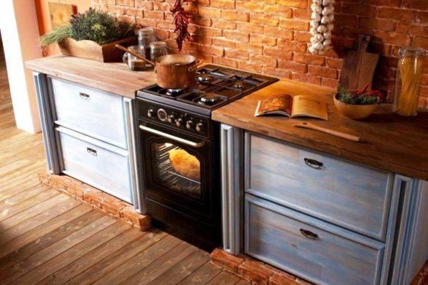 Газовая плита в интерьере кухни в загородном доме