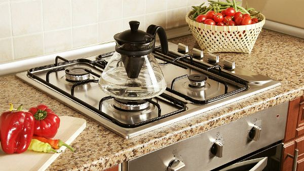 газовая плита в интерьере кухни загородного дома