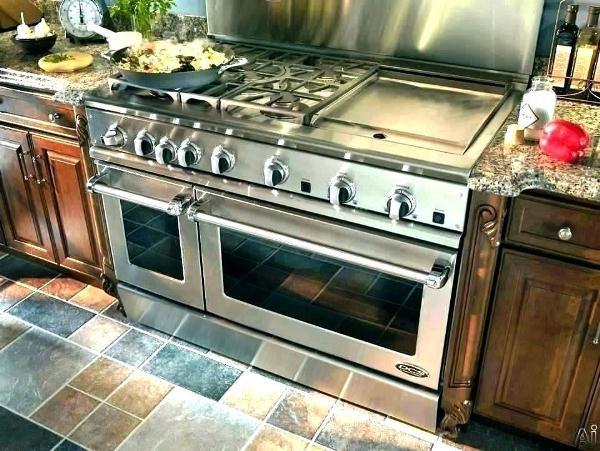 Латунная газовая плита в интерьере кухни загородного дома
