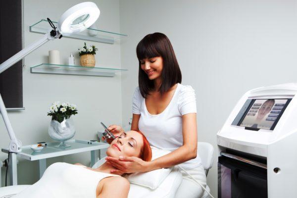 Регулярно посещайте своего косметолога, который предложит вам современные действенные процедуры или инъекционные методики для ухода за областью вокруг глаз