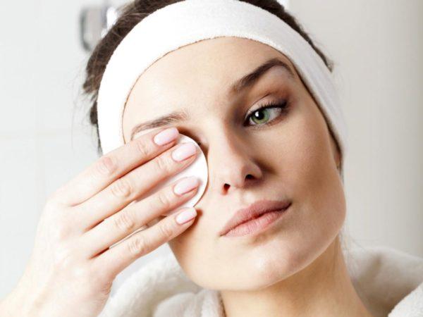 Снимайте косметику с глаз аккуратно, старайтесь не растягивать кожу