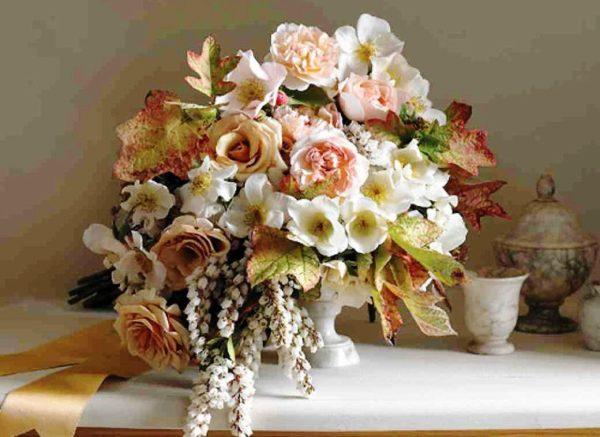 Для нежного букета лучше подобрать цветы светлых оттенков розового или персикового цвета, желательно, чтобы бутоны цветов не были чрезмерно большими