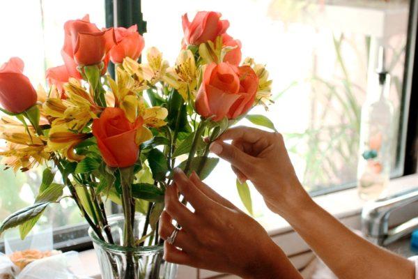Держите цветы, по возможности, в прохладной комнате