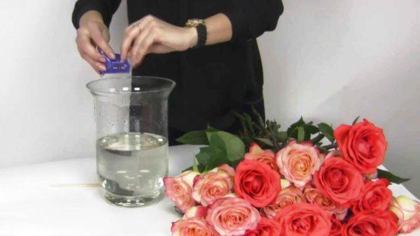 Для сохранения свежести роз растворите в воде аспирин - половину таблетки на 3 л воды и поваренную соль 8 г/литр воды