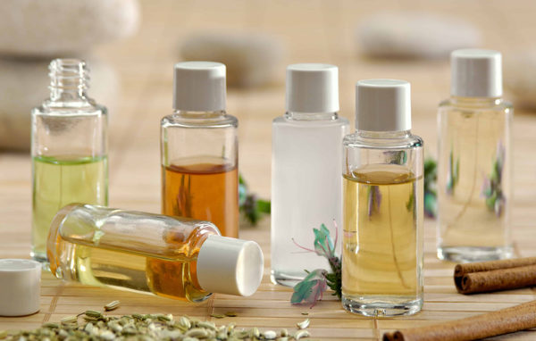 Массажное масло можно купить, например, в аптеке, а можно приготовить самостоятельно, если смешать в равных количествах касторовое и миндальное или аргановое масла