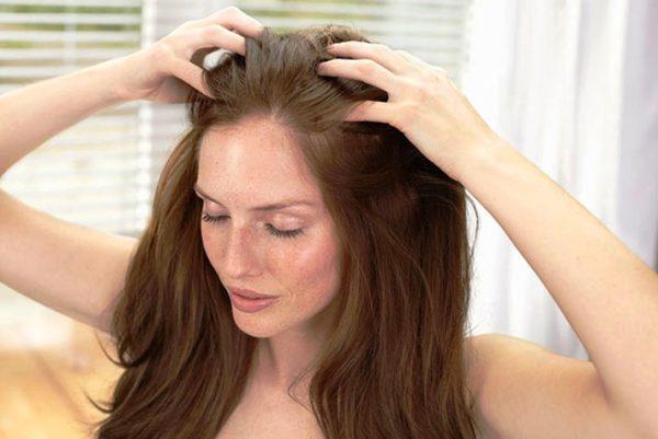 Массаж головы помогает еще укрепить корни волос