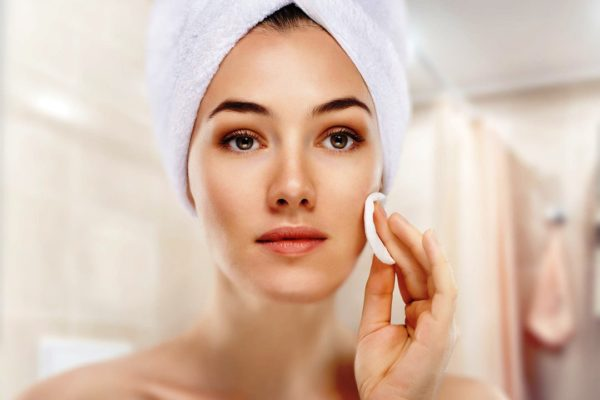 Протирать кожу следует по направлениям массажных линий, легкими круговыми или прямыми движениями снизу вверх, начиная с шеи и заканчивая лбом