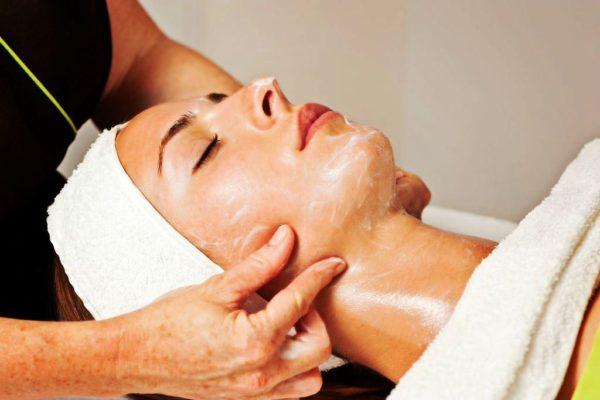 Классический массаж лица придаст коже упругость и эластичность
