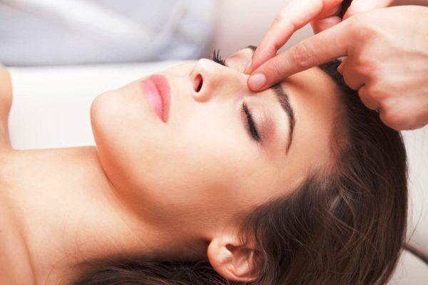 Пластический массаж лица проводится по тальку, без крема или масла