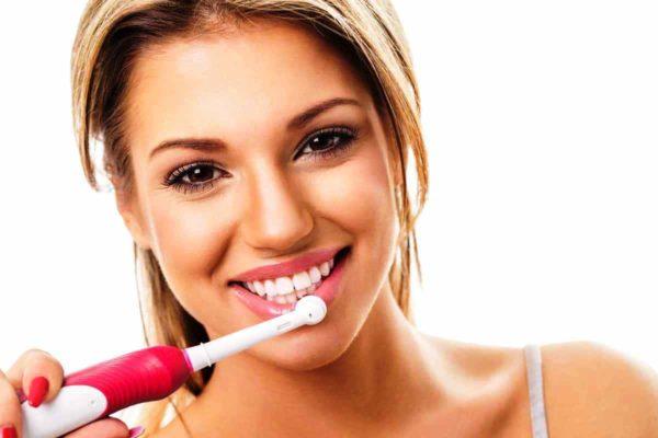 Бледные губы хорошо массировать ежедневно мягкой зубной щеткой, смоченной в холодной воде, эту процедуру хорошо проделывать во время утреннего и вечернего умывания