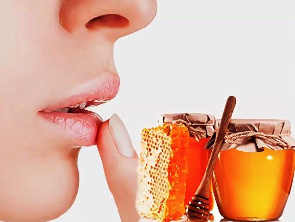 На обветренные губы лучше всего накладывать маску из натурального меда