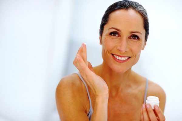 Правильный уход за кожей лица поможет замедлить хронологическое старение