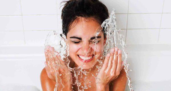 Дополнительно ополосните лицо прохладной водой, после чего промокните полотенцем и нанести любое увлажняющее косметическое средство