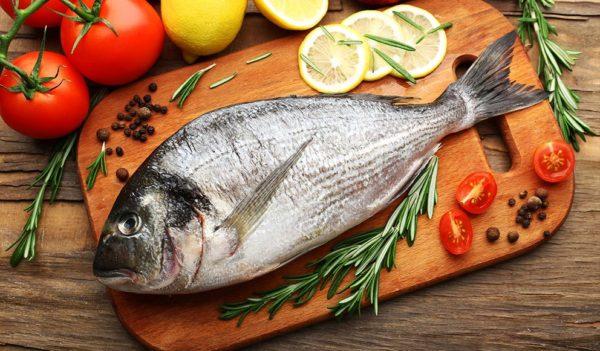 Обязательно включите в свой рацион рыбу, которая содержит незаменимые для кожи полиненасыщенные жирные кислоты, витамины А и Е, необходимые для здоровья кожи