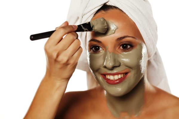 Если маска имеет густую консиcтенцию то ее наносят с помощью специальной широкой кисточки, предварительно завязав волосы платком или лентой, избегая области вокруг глаз и зону губ