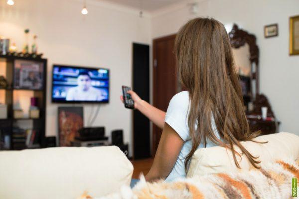 Просмотр телевизора должен осуществляться не ближе, чем за три метра от экрана, чтобы снизить к минимуму вредное действие лучей кинескопа
