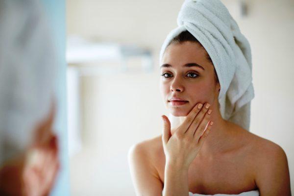 Существует множество различных очищающих косметических средств, например, очищающих лосьонов, однако, наиболее важно правильно проделывать саму процедуру очищения кожи