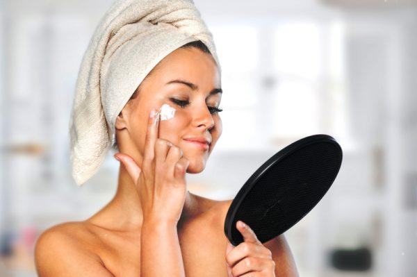 Наносить питательный или любой другой крем на лицо следует легкими, похлопывающими движениями, ни в коем случае не втирать