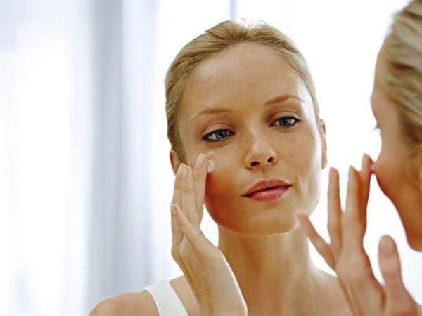 По завершении очищающих процедур протрите лицо тоником на водной основе и нанесите увлажняющее средство, чтобы удержать влагу и напитать кожу