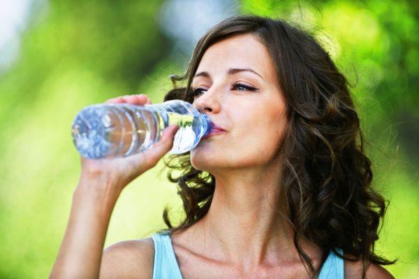 Достаточное потребление воды предотвратит обезвоженность кожи