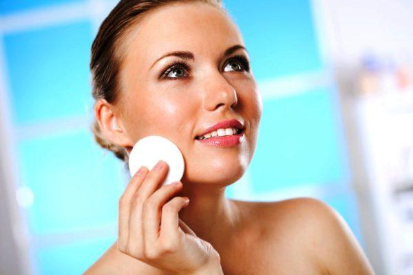 Сухую кожу лучше очищать косметическим молочком