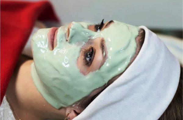 Маска с аскорбиновой кислотой влияет на цвет кожи: она осветляет пигментные пятна, дарит здоровый румянец и уменьшает выраженность глубоких морщин