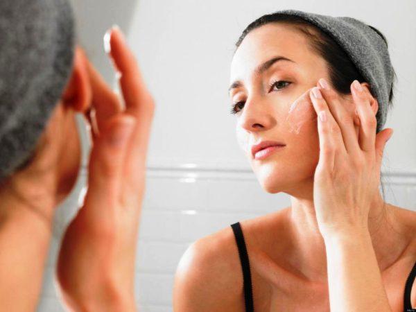 На завершающем этапе процедуры следует нанести на кожу крем