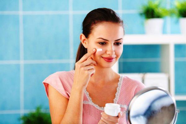 На молодую кожу хорошо действуют пилинг-кремы с низким содержанием фруктовых кислот: яблочной, лимонной
