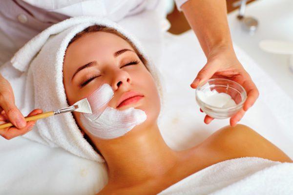 Самое лучшее средство избавления от комедонов - регулярное очищение лица у косметолога и профессиональный пилинг с фруктовыми кислотами