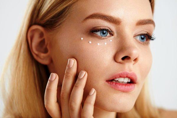 После 20 лет нужно начинать пользоваться кремами для кожи вокруг глаз. Она очень нежная и, независимо от возраста, требует к себе особого внимания и ухода