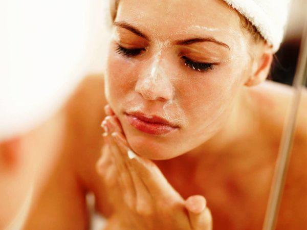 Вместе со средством с лица удаляются омертвевшие участки кожи.