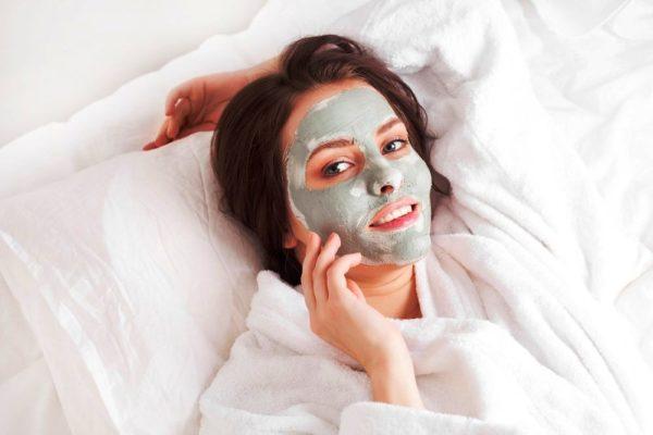 Многие девушки утверждают, что глина справляется с проблемой лучше, чем специальные маски от именитых брендов