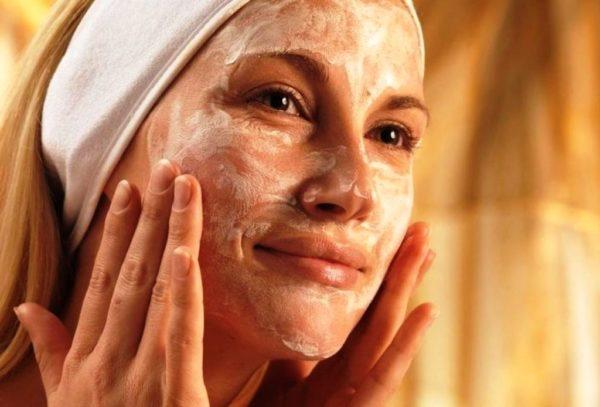 Не забывайте еженедельно наносить питательные и восстанавливающие маски для лица, шеи и зоны декольте