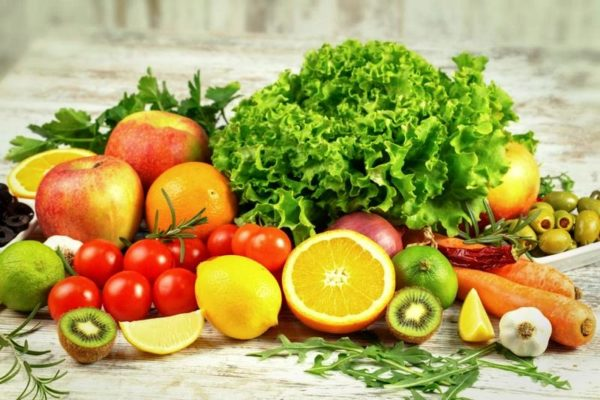 Очень важно включить в рацион питания побольше овощей, фруктов, ягод и зелени