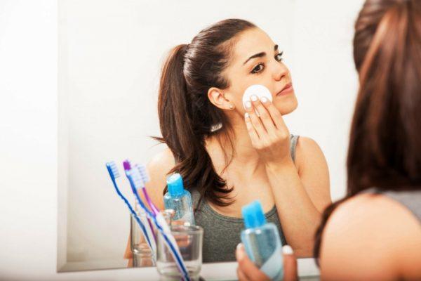 Для снятия макияжа на жирной коже отлично подойдёт мицеллярная вода, она лёгкая, комфортная, не оставляет на лице плёнку и неприятных ощущений