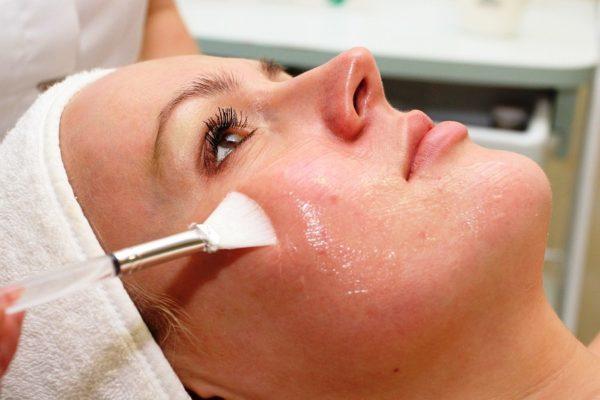 Химический пилинг позволяет подавить активность сальных желез, сузить поры, предупредить появление угрей и улучшить цвет лица