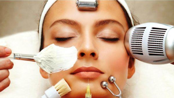 В косметологическом салоне обладательницам жирной кожи могут предлагаться множественные процедуры