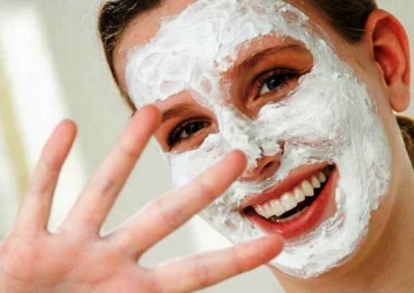 Не забывайте периодически делать освежающие, очищающие и тонизирующие маски, которые в большом количестве можно найти в разделе нашего сайта маски для лица, а также конкретные аппликации для жирной кожи, которые описаны ниже в этой статье