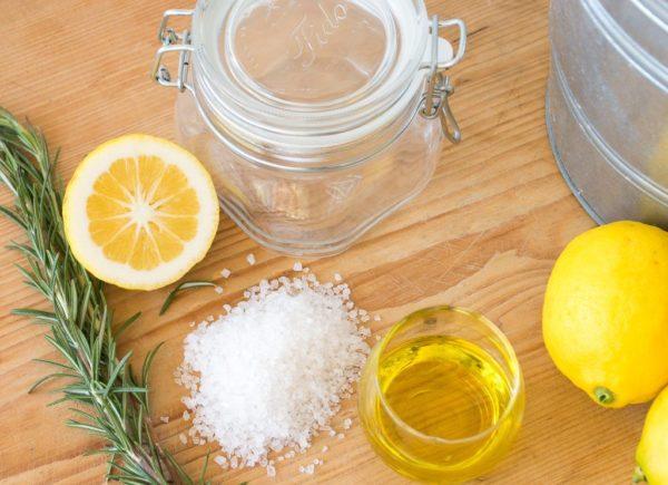 Скраб из морской соли и лимонного сока
