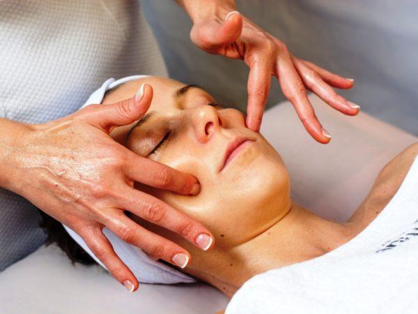 Лимфодренажный массаж лица лучше проводить у косметолога