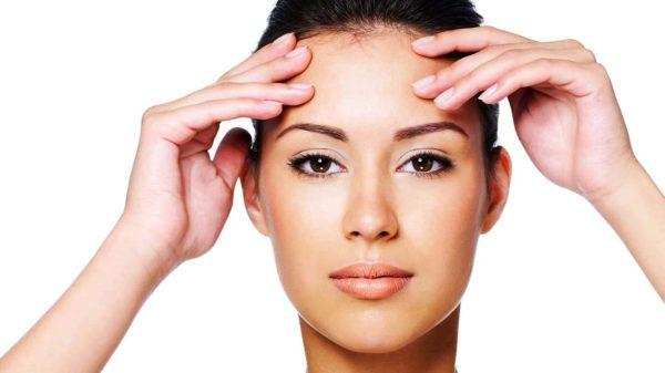 Легкий массаж лица в течении 10-15 минут окажет положительное действие на окончательный эффект процедуры