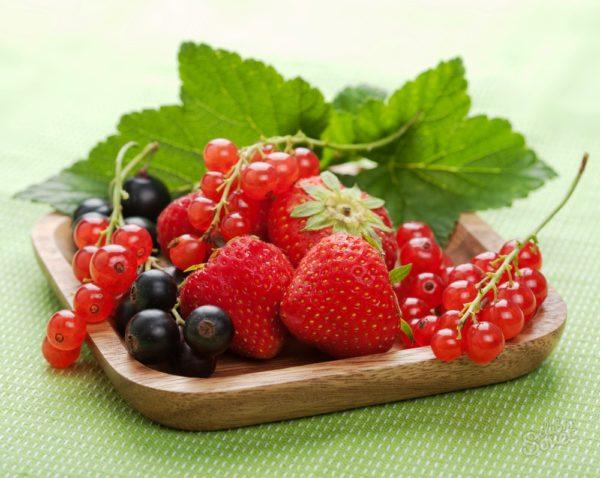 Если зрелая дерма, склонна к жирности - идеально подойдут для процедуры красная смородина, клубника, вишня