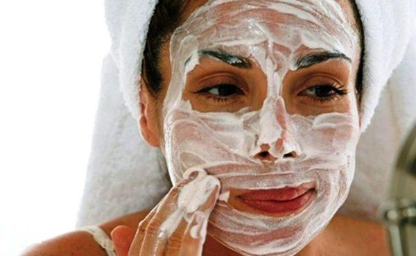 Состав маски можно наносить на пищевую пленку, а можно нанести маску на дерму и сверху «укрыть» пленкой