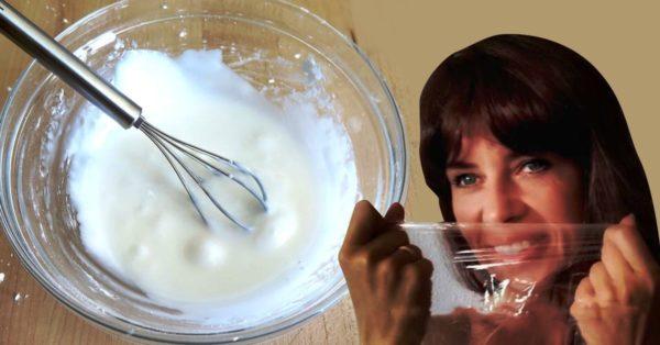 Пищевая пленка смягчает кожу лица, делает ее более гладкой и убирает следы старения