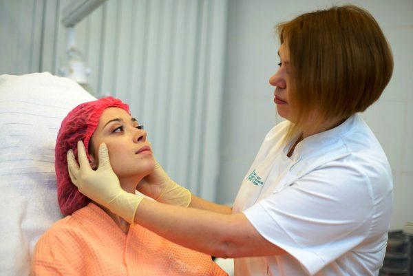 Перед применением процедуры обертывания лица лучше посоветоваться с врачом-дерматологом