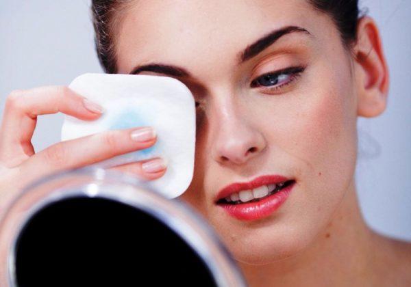 Удаление макияжа с бровей